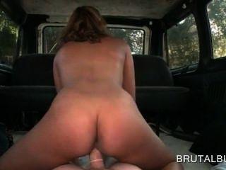 Nympho rubia adolescente en caliente culo saltones polla en el piso del autobús