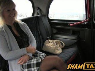 Rubia milf va para un viaje en taxi pero paga con su boca y coño!