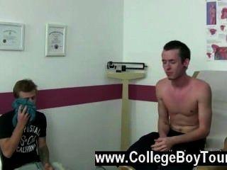 Sexy gay que esperaba jordan traer a su amigo y compañero de cuarto