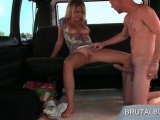 Chica rubia sexy aficionado montando pene enorme en el bus de sexo