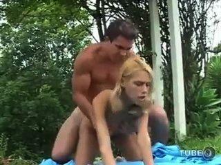 Él bangin a ella