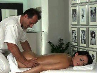 Morena caliente obtiene rimming por masajista
