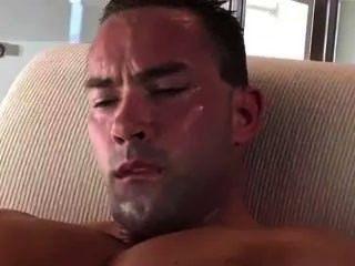 Super hot stud jerking off./