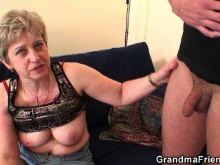 Abuela toma dos pollas después de la masturbación