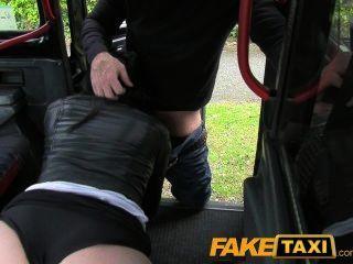 Faketaxi joven cachonda chica en asiento trasero sorpresa