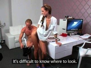 Agente femenina follada en el sofá en la oficina