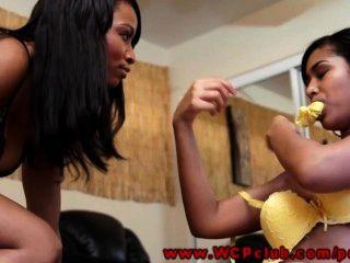 Lesbianas negras jugando con un vibrador
