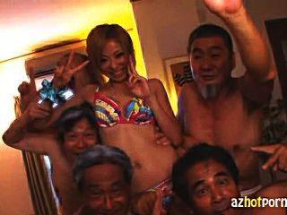 Sirvienta japonesa follada por viejos hombres sucios