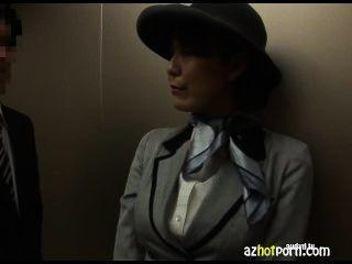 Sexo asiático en un ascensor público