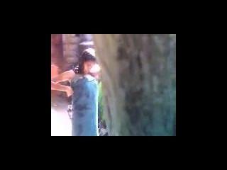 Adolescente indio de baño al aire libre