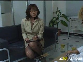 Abogada femenina asiática lasciva avergonzada
