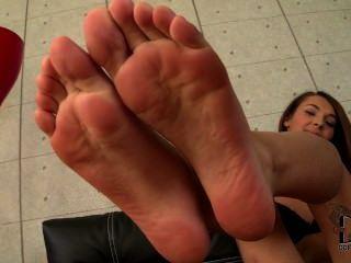 Alexis brill mostrando sus dedos de los pies y las plantas jóvenes