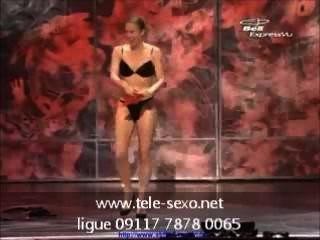 Hembra se pone totalmente desnuda en el escenario tele sexo.net 09117 7878 00