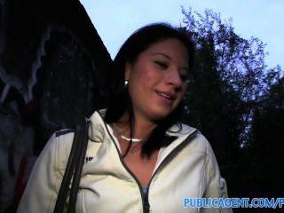 Publicagent mamada al aire libre y follando con jovencita checa