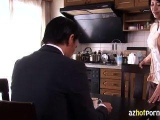 Hermosa mujer asiática traicionando a su marido