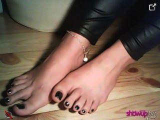 Znamiona muestra sus pies jóvenes en calcetines de encaje y sin ellos