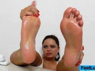 Impresionante espectáculo de pie desnudo de una jugosa princesa morena