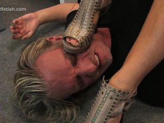 Muchacha alemana se sienta en su esclavo y lo domina con los pies