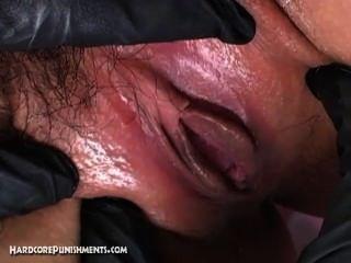 Esclava sexual sumisa japonesa atada en jaula de acero y atormentada por femdom