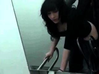 Sexo por primera vez en el baño público
