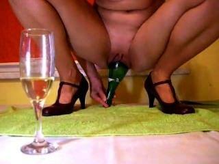 Botella de champán dentro de coño