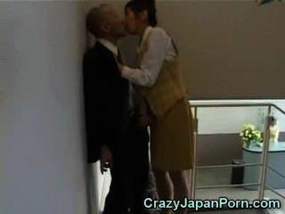 Handjob loco en la oficina de tokio!