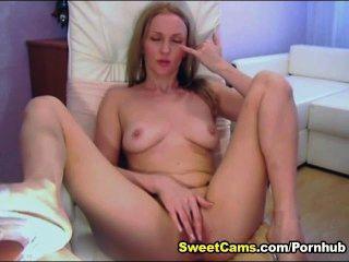 Linda rubia adolescente frota su clítoris hasta que el orgasmo