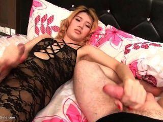 Ladyboy lisha masturbándose
