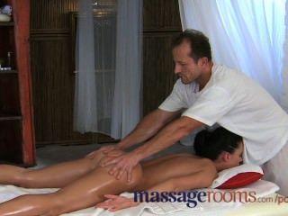 Salas de masaje joven y bella adolescente obtiene agujero apretado estirado por big dick