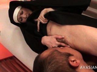 Hermosa monja asiática obtiene coño peludo lamido