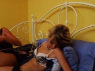 Dos chicas hacen que su novia atada cum realmente duro