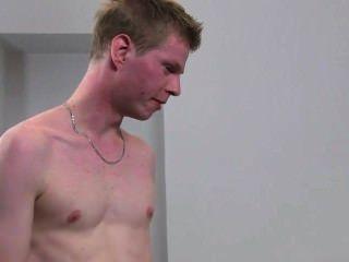 Agente femenino peludo folla chico en el casting