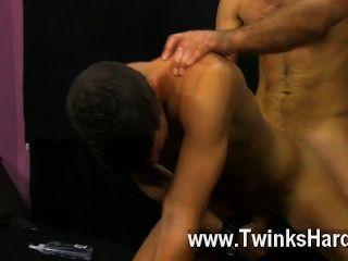 Sexo gay austin tiene su suave culo latino remó hasta que se vuelve brillante