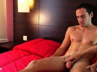 Straight guy serviced: benoît obtener wanked su polla enorme por un chico.