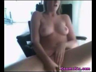 Nena masturbándose en la cámara en xcamsxx com nosotros