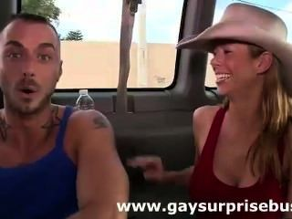 Gay guy and babe encontrar un tipo recto para golpear en