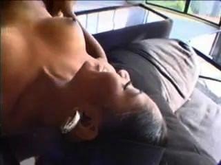 Perra negra caliente deshuesada por el pene blanco grande