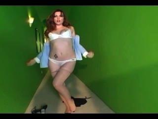 Glamour babe strippping de sus bragas de algodón y pantyhose desnuda