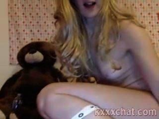 Sexy rubia con juguete brutal en su culo