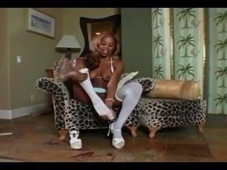 Tiras de ebony glamour babe y se masturba en medias blancas y bragas
