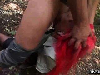 Foxy redhead nena chupar una polla dura en el bosque