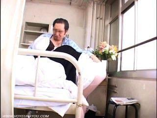 Viejo sexo voyeur paciente con enfermera