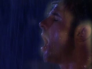 Dos cuntas follando bajo una máquina de lluvia