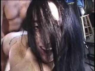 Sexy busty brunette chick obtiene un facial caliente después de tener su coño perforado