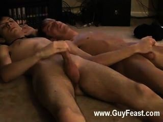 Hardcore gay jared es nervioso sobre su primera vez masturbándose en