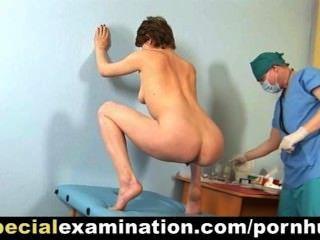 Examen ginecológico especial para la chica tímida pelirroja