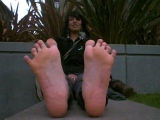 Linda chica con los pies apestosos caliente fresco de botas