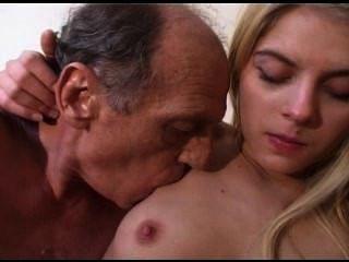 Viejo hombre follando a una niña