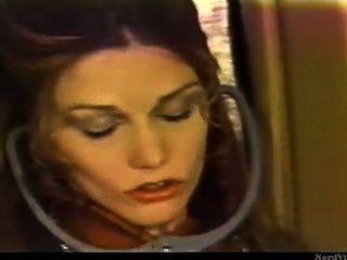 Chica lesbiana retro en el avión lamer un coño pasajero sin permiso