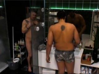 La realidad sueca nicklas muestra todo en la ducha